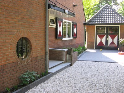 natuursteen in combinatie met grind in oprit / entree in Bilthoven
